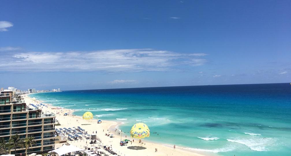 Cancun homokos tengerpartja a szállodasornál